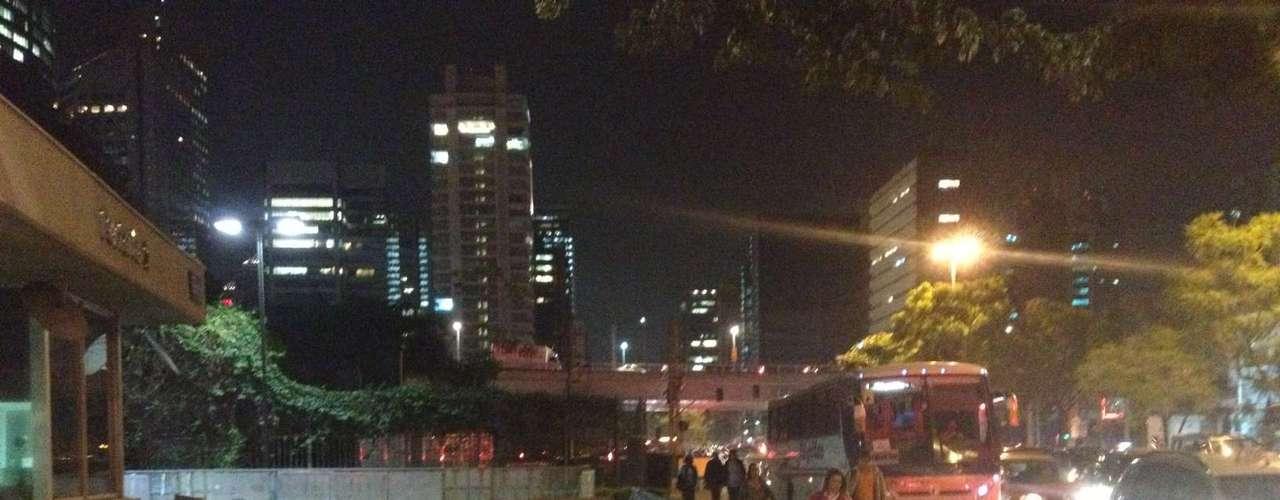3 de julho - Em frente às portarias da Rede Globo em São Paulo, proteções de metal foram colocadas para evitar depredações
