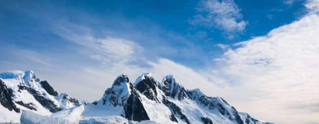 1.Antártica As paisagens da Antártica proporcionam visuais incríveis,com imensas extensões brancas, geleiras, icebergs turquesa, além de pinguins e outros animais