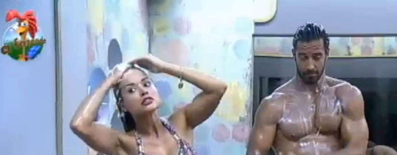 Beto Malfacini e Aryane Steinpkof, que formam um dos casais do reality show 'A Fazenda 6', da Record, tomaram banho juntos na noite do último sábado (6). Os dois mostraram a boa forma enquanto se lavavam