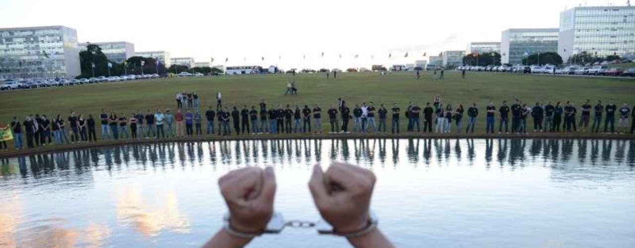 9 de julho -Agentes penitenciários estão acampados em frente ao Congresso Nacional para protestar pelo direito ao porte de arma de fogo. Batizada de Algemaço, os agentes estão com algemas nas mãos