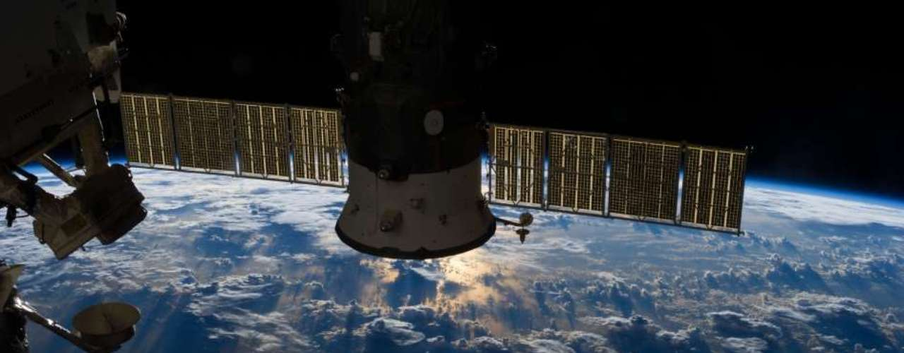 9 de julho - Um astronauta membro da Expedição 36, vivendo a bordo da Estação Espacial Internacional (ISS, na sigla em inglês), usou uma lente de 50mm para fotografar uma grande massa de nuvens de tempestade sobre o Oceano Atlântico, perto do Brasil e do Equador, no dia 4 de julho. Um módulo russo acoplado à estação encobre parcialmente os raios de sol que rompem as nuvens e são refletidos no oceano