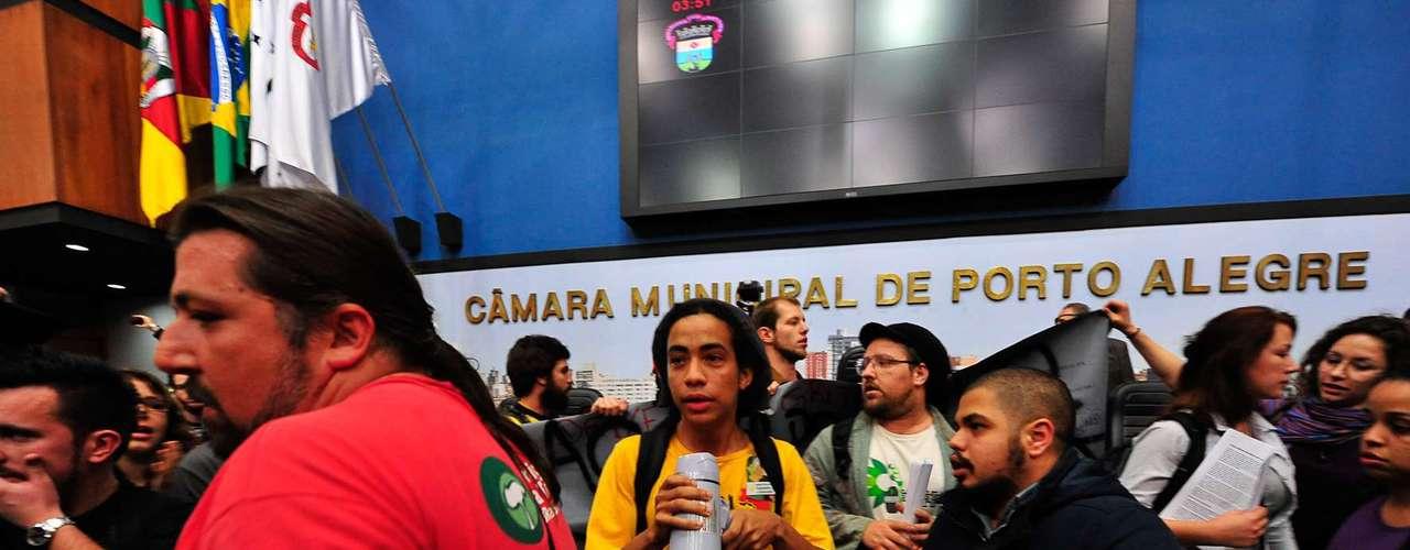 10 de julho -Os vereadores faziam sessão ordinária quando os manifestantes, que estavam nas galerias, invadiram a área das bancadas