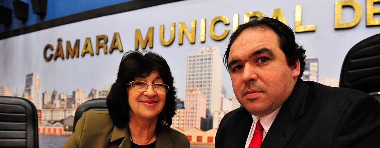 10 de julho -Em função disso, o presidente da Casa, vereador Thiago Duarte (na foto com a vereadora Jussara Cony), encerrou a sessão e se propôs a conversar com um grupo de representantes dos manifestantes