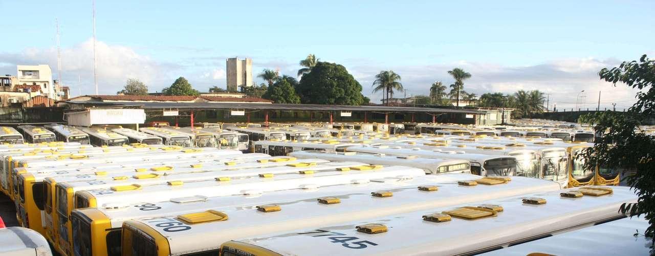 Salvador Na capital baiana, os ônibus estavam previstos para sair das garagens somente depois das 9h