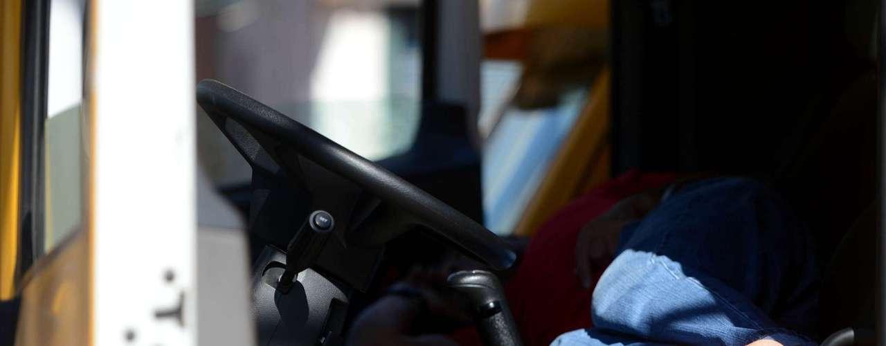 Rio de JaneiroDiante da paralisação, motorista repousa em um caminhão