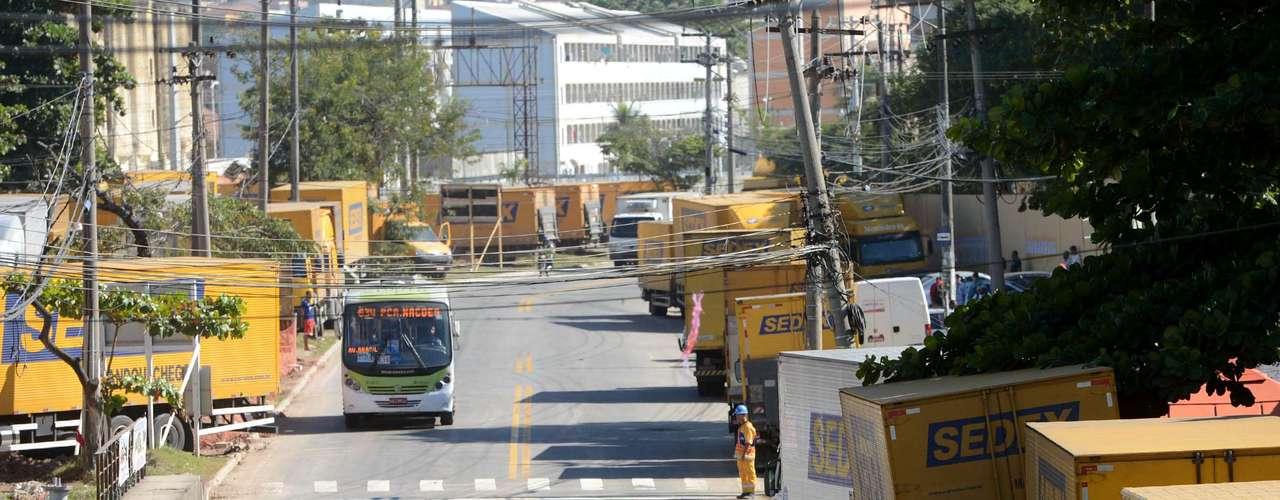 Rio de Janeiro Parados pela greve, veículos dos Correios formam fila