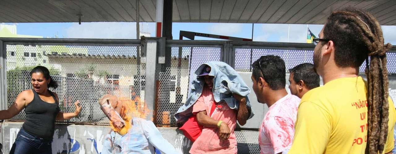 Aracaju Diversos sindicatos realizam protesto em Itaporanga DAjuda, na Grande Aracaju (SE), e bloquearam as BRs 101 e 235