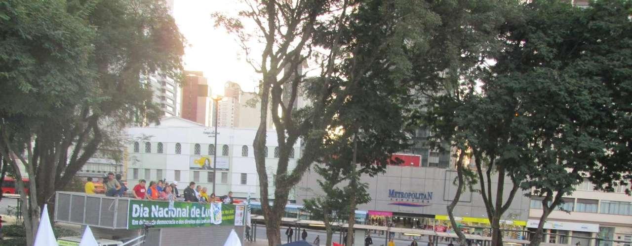 Curitiba Cerca de 1,5 mil pessoas se reuniram na tarde desta quinta-feira na praça Rui Barbosa, no centro de Curitiba, em atos ligados à Greve Geral convocada por centrais sindicais em todo o País