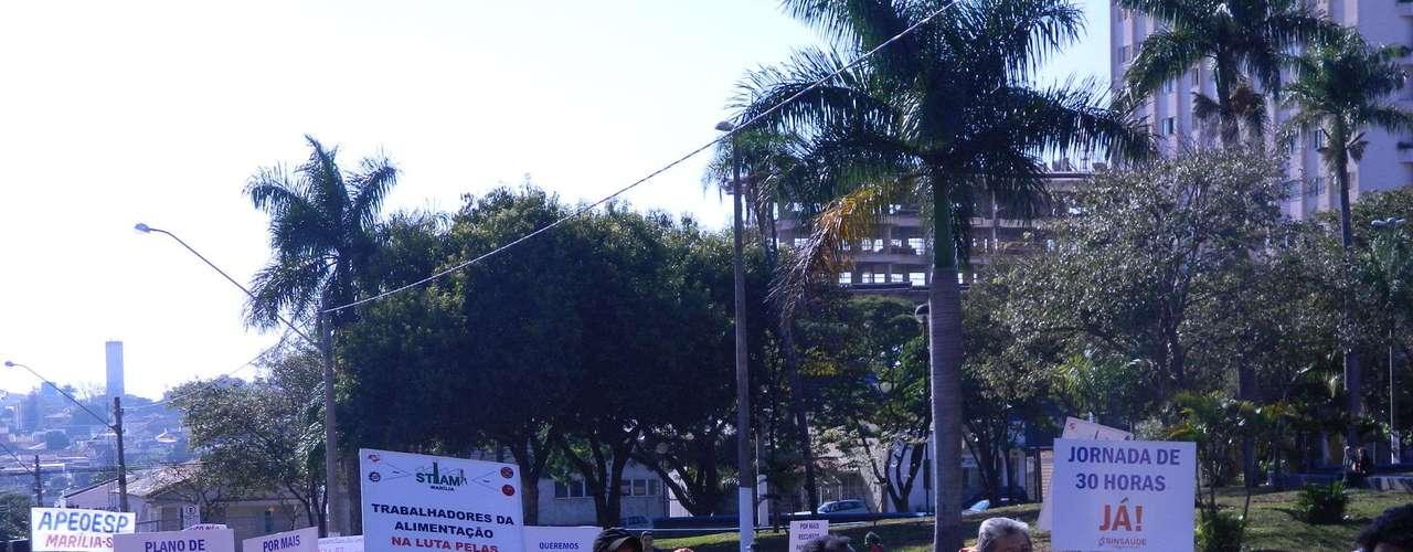 Marília As principais ruas do centro da cidade foram interditadas e o ato foi acompanhado pela PM durante todo o trajeto, até a concentração em frente à prefeitura