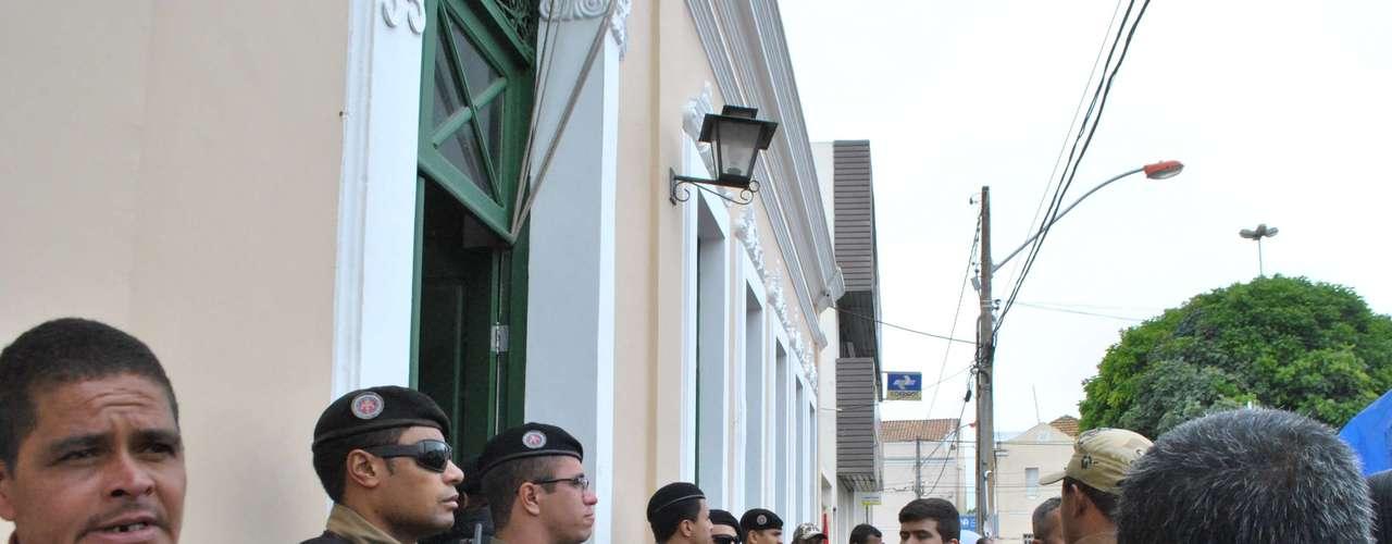 Vitória da Conquista Polícia protege prefeitura para impedir entrada de manifestantes
