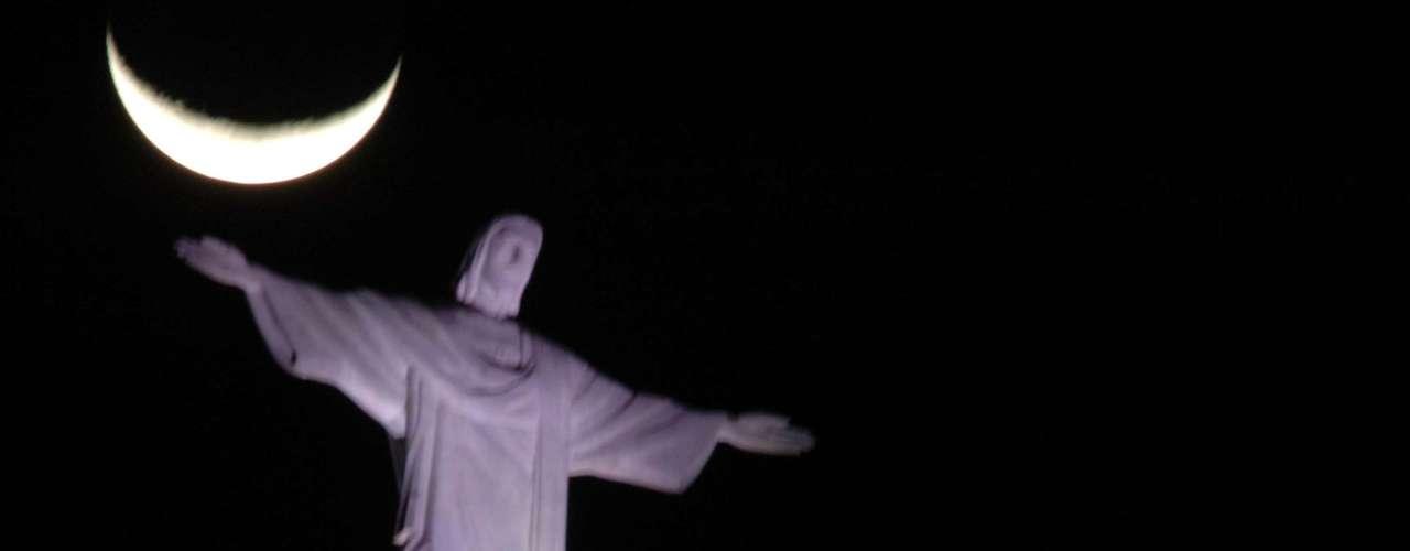 12 de julho Lua é vista sobre o monumento do Cristo Redentor, no Rio de Janeiro. A visita ao local será de 24 horas para turistas durante a vinda do papa Francisco à cidadee a realização da Jornada Mundial da Juventude