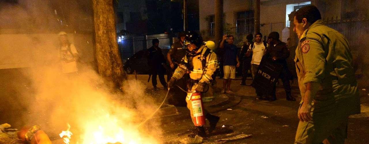 Rio de Janeiro - Manifestantes e a polícia entraram em confronto nas proximidades do Palácio Guanabara, sede do governo do Estado, durante protesto contra o governador Sérgio Cabral