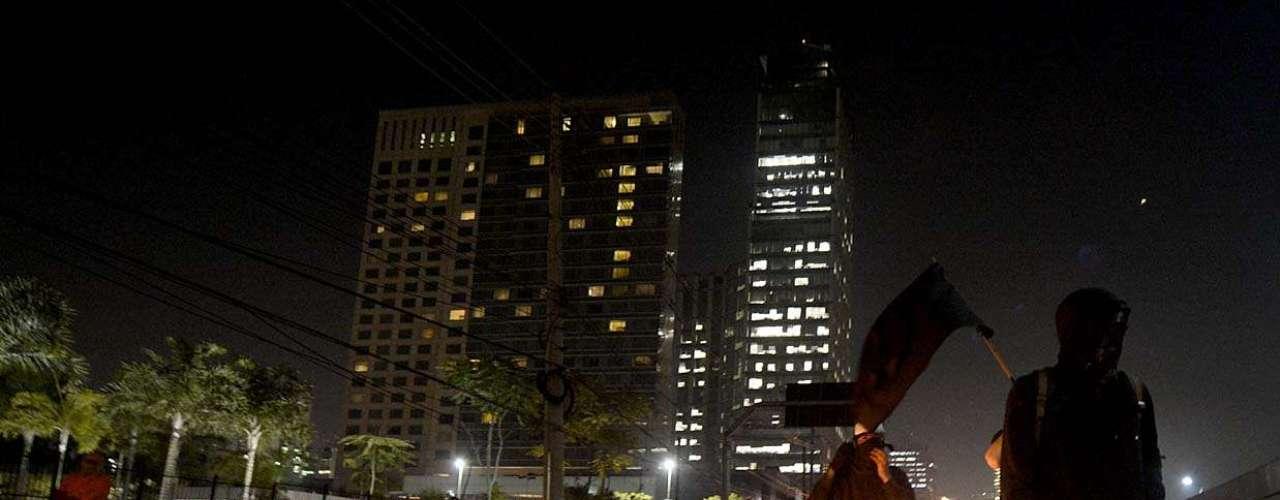 São Paulo -Com faixas e cartazes com críticas à imprensa, o grupo rodeou a Rede Globo
