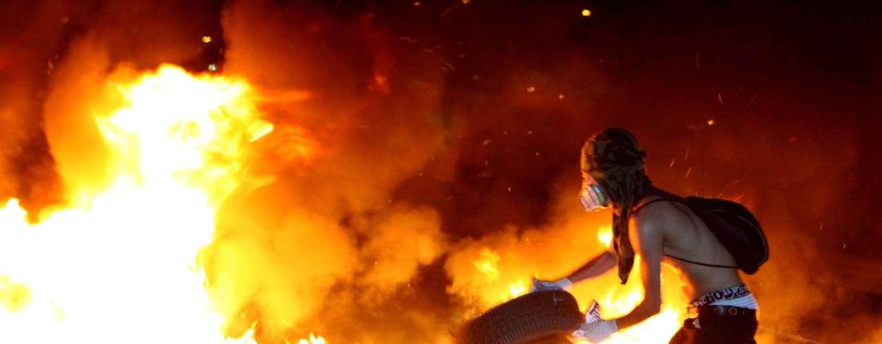 Embu das Artes -  Protesto de integrantes da MTST e do Movimento Periferia Ativa participam do Dia Nacional de Lutas bloqueando e ateando fogo na pista da Rodovia Regis Bittencourt embaixo do Rodoanel, em Embu