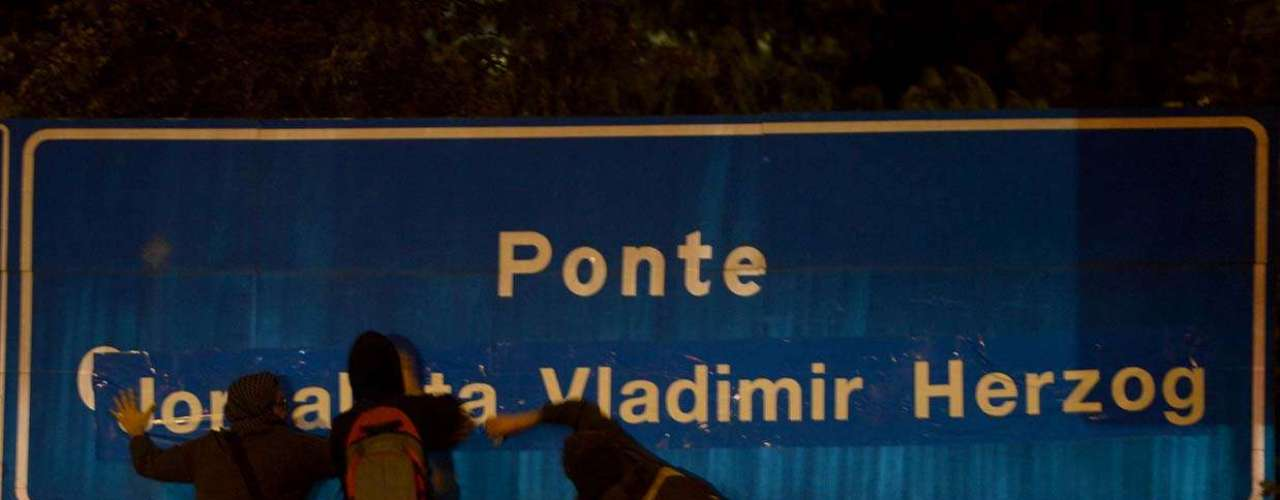 São Paulo - Na altura da ponte Octávio Frias de Oliveira, conhecida como ponte estaiada, um grupo colou um adesivo sobre a placa que leva o nome do jornalista, publisher do jornal Folha de S.Paulo (morto em 2007), substituindo-o pelo nome do jornalista Vladimir Herzog, assassinado em 1975 pela ditadura militar