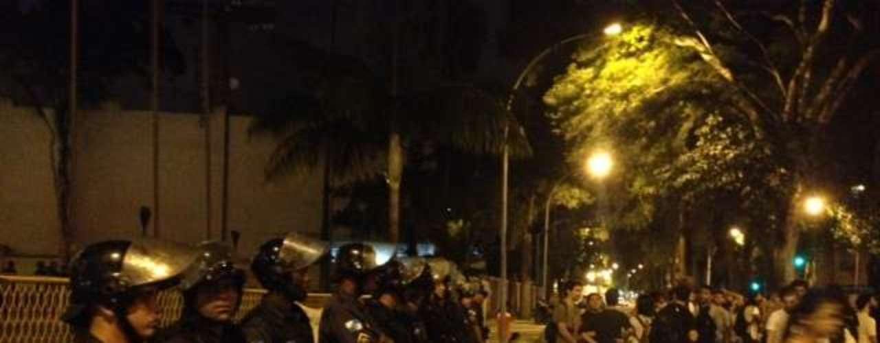 14 de julho - Manifestantes pedem a saída de Cabral em frente ao Palácio Guanabara, no Rio de Janeiro