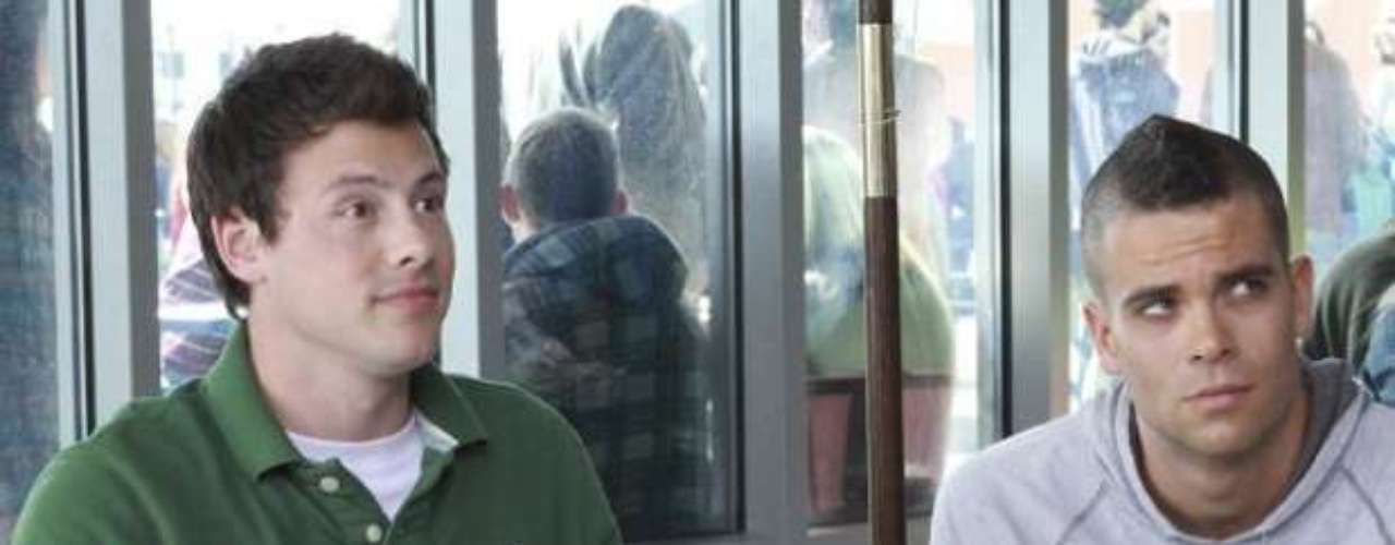 Cory Monteith (esq) eMark Salling, intérprete deNoah 'Puck' Puckerman, em gravação de Glee