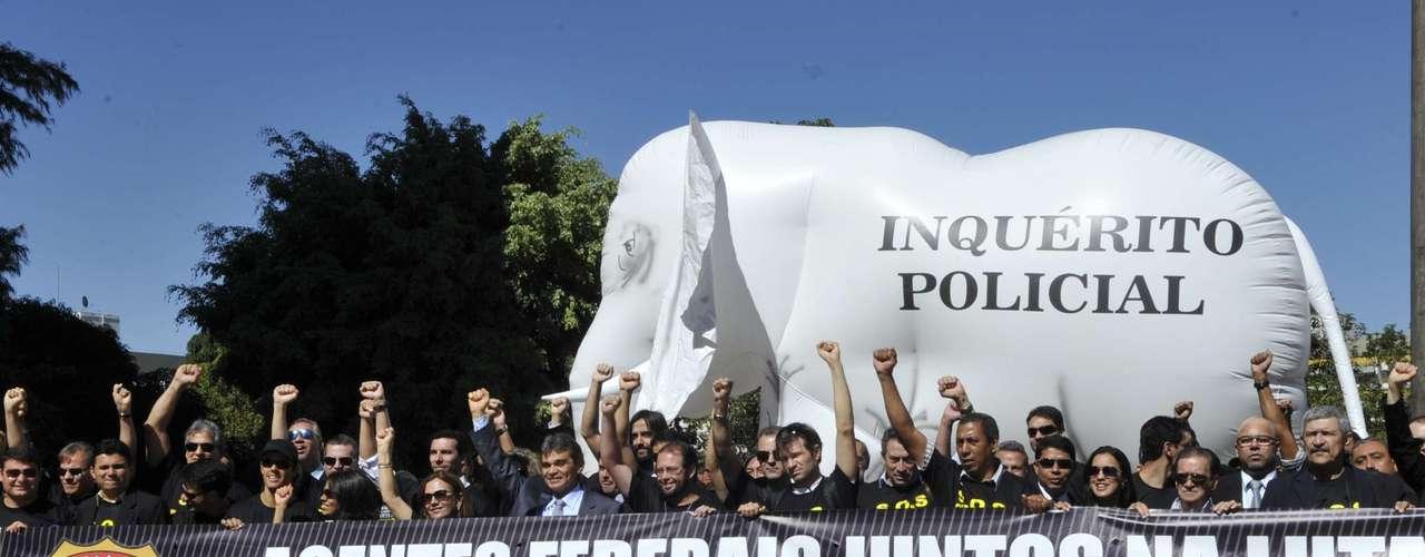 16 de julho - Protesto da Polícia Federal em Brasília teve elefante branco com o dizer \