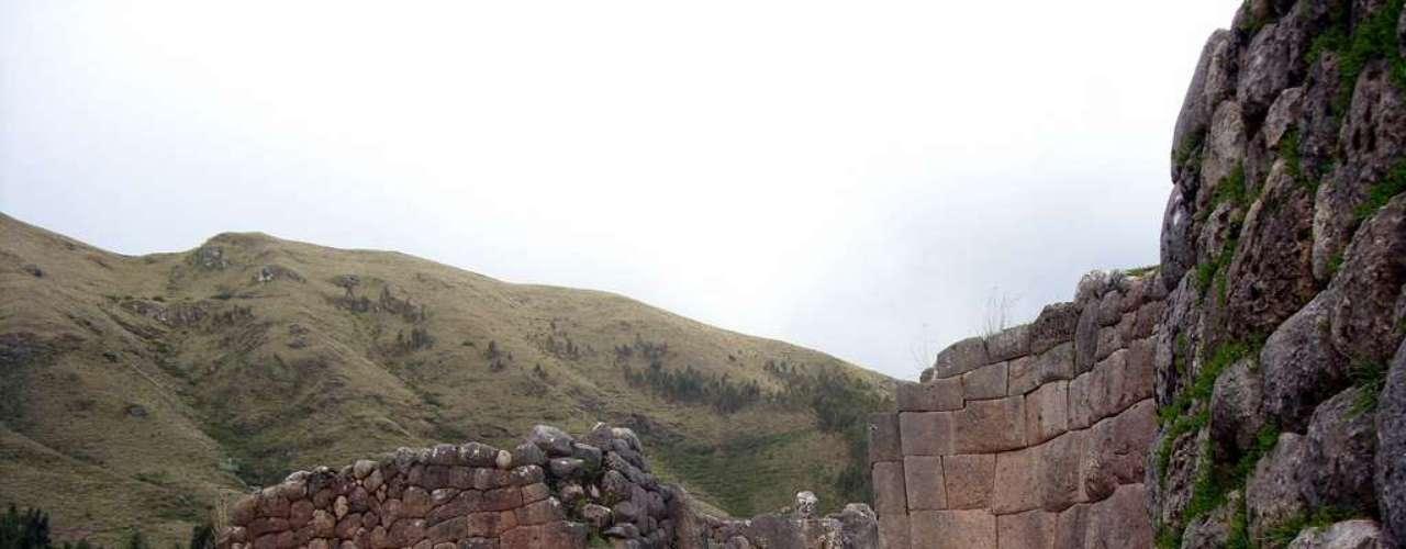 Os muros do sítio arqueológico também são feitos de grandes pedras que se encaixam perfeitamente
