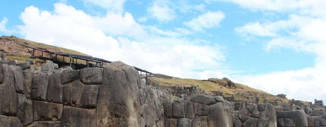 A estrutura é formada por grande rochas, algumas chegando a cinco metros de altura e 350 toneladas, encaixadas perfeitamente. Suas paredes, levemente inclinadas formam um grande zigue-zague, imitando a forma de uma serpente, que na cultura inca representa o mundo espiritual