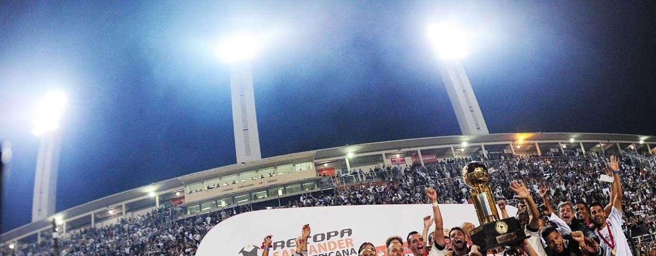 Jogadores e comissão técnica do Corinthians comemoraram no gramado do Pacaembu