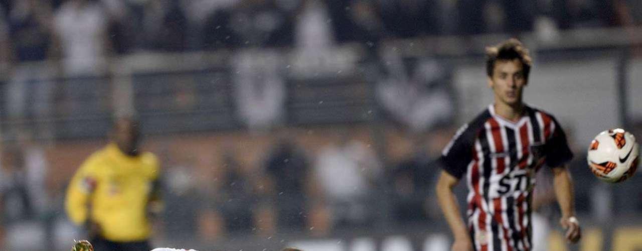 São Paulo teve a chance de empatar no fim da primeira etapa, mas cabeçada de Luís Fabiano - em condição irregular - foi para fora