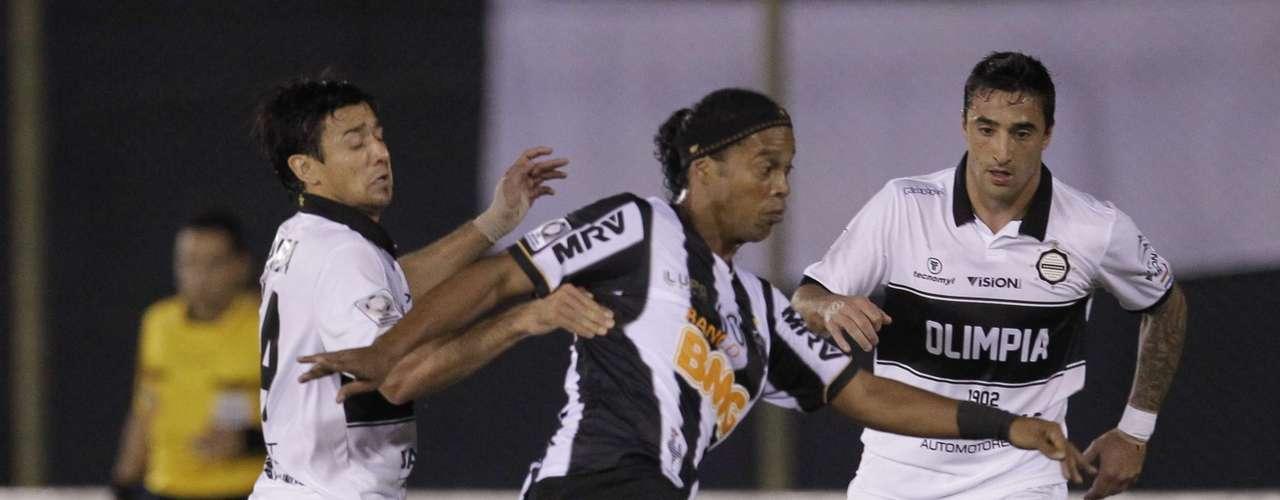 Cercado pela marcação, Ronaldinho tenta jogada no campo ofensivo
