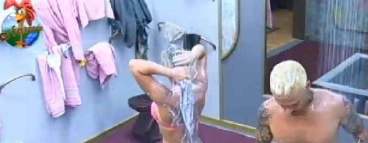 Acompanhada de Mateus, Denise Rocha exibiu seu corpo malhado durante banho