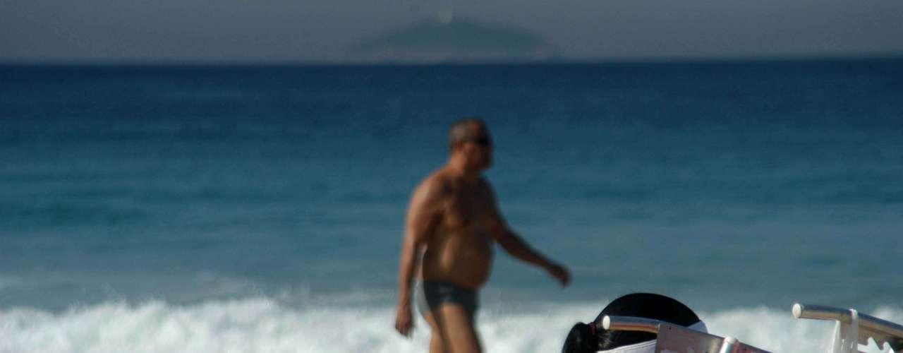19 de julho - Banhistas aproveitam o calor e o tempo ensolarado na praia de Ipanema, no Rio de Janeiro, nesta sexta-feira