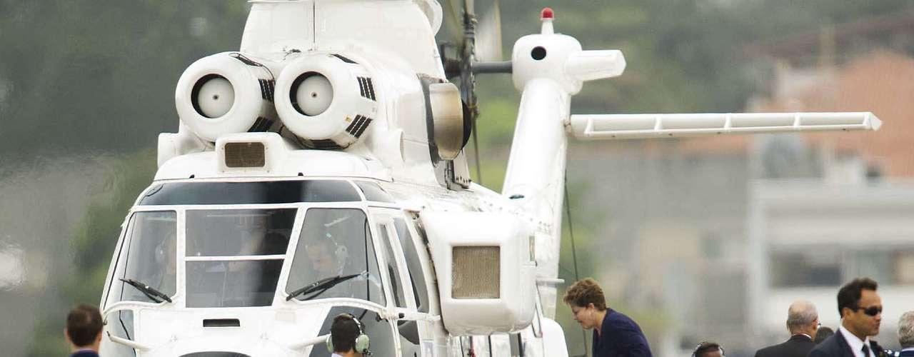 22 de julho - Presidente Dilma Rousseff embarcano helicóptero após recepcionar o papa Francisco no aeroporto internacional do Rio de Janeiro