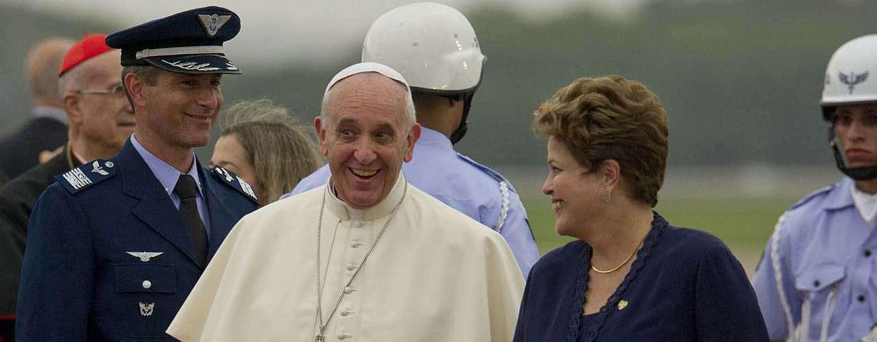 22 de julho -Presidente Dilma Rousseff caminha ao lado do papa Francisco em seu desembarque, no aeroporto internacional do Rio de Janeiro