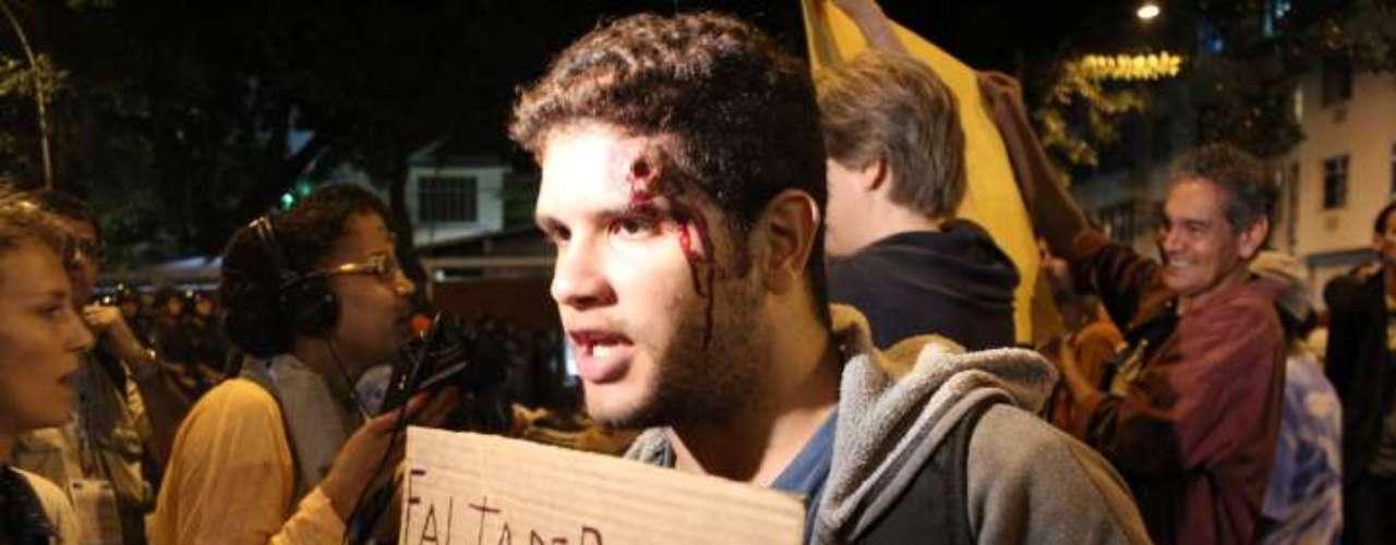 22 de julho -Manifestante simula tiro de bala de borracha na cabeça, em protesto contra a ação da Polícia Militar em outras manifestações