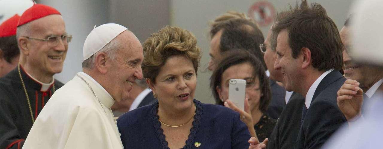 22 de julho -Papa cumprimenta o prefeito do Rio de Janeiro, Eduardo Paes (PMDB), em seu desembarque na capital fluminense
