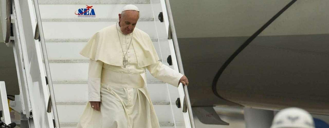 22 de julho -Papa é aguardado pela presidente Dilma Rousseff em seu desembarque no Brasil