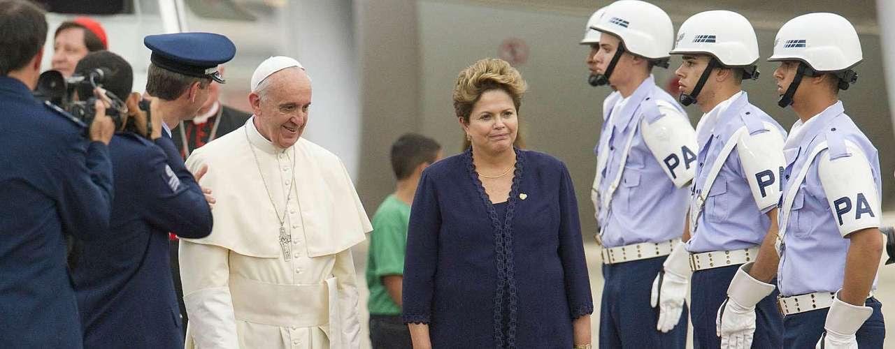 22 de julho -Militares fizeram parte da cerimônia de recepção ao Pontífice