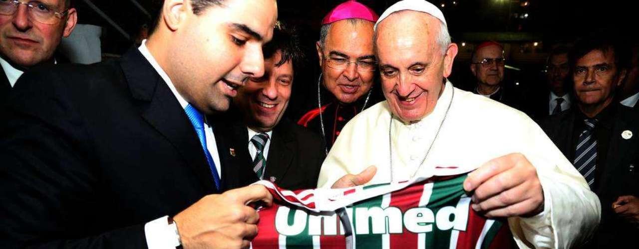 22 de julho - Ao desembarcar de helicóptero nas Laranjeiras, papa Francisco recebeu camiseta do Fluminense com seu nome estampado às costas
