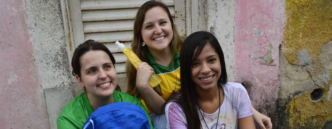 23 de julho - Últimas da fila, as peregrinas Amanda da Silva, Ana Luiza Azevedo e Clarissa Azevedo estimavam em cinco horas o tempo de espera para a retirada de seus kits