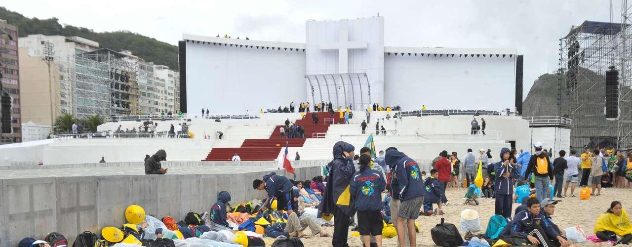 23 de julho Fiéis esperam pela missa na praia de Copacabana, no Rio de Janeiro