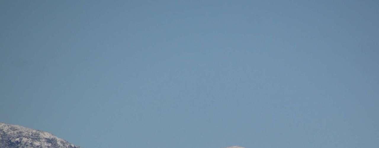 23 de julho - Neve no alto do morro do Cambirela proporcionou um espetáculo na manhã desta terça-feira