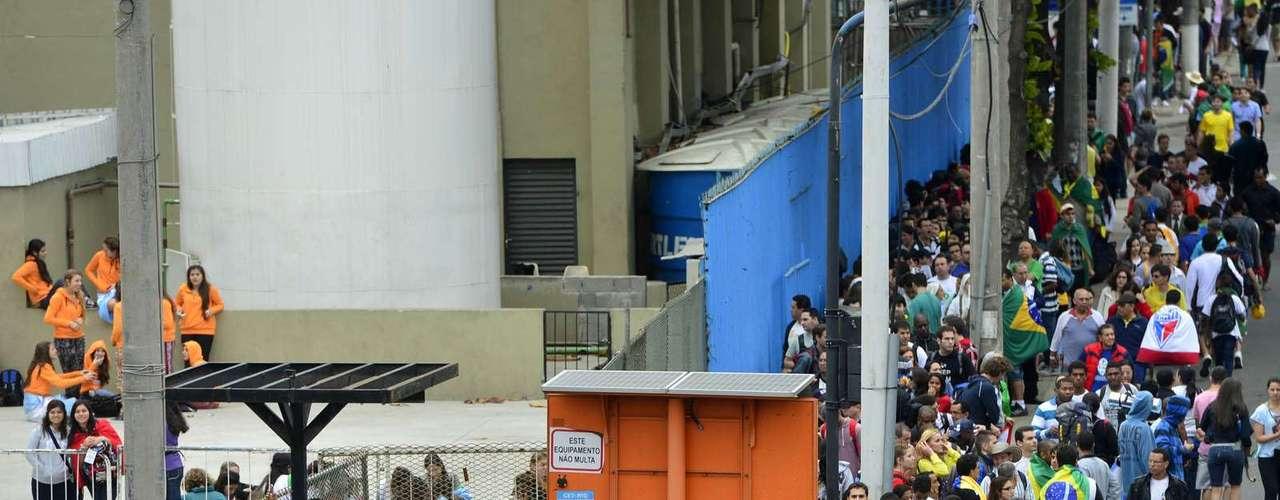 23 de julho - Retirada de kits da JMJ formou longas filas na região do Sambódromo, no Rio