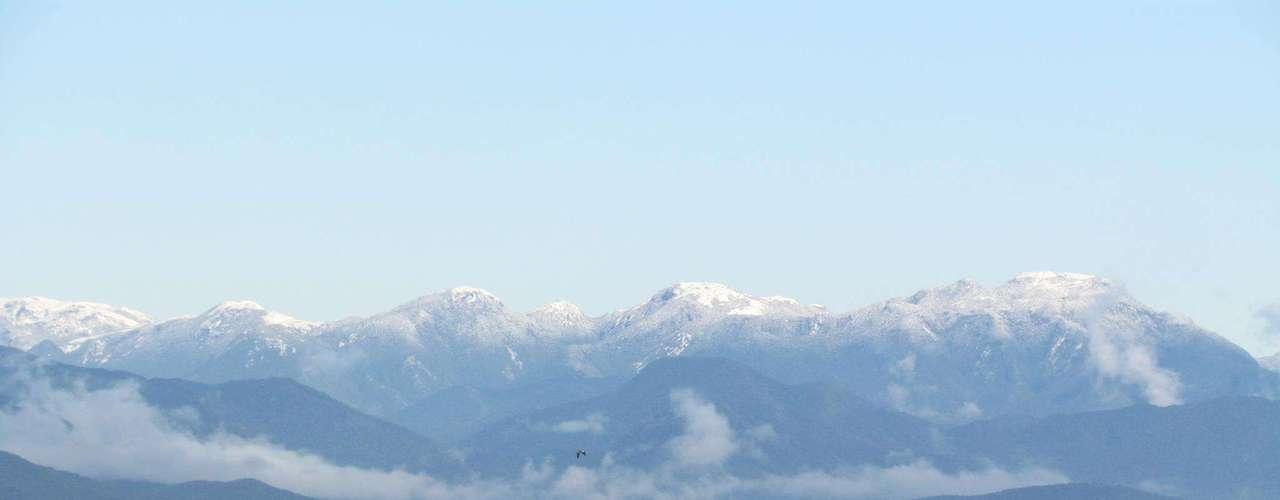 23 de julho - Neve no morro do Cambirela pode ser vista da baía sul, na capital catarinense