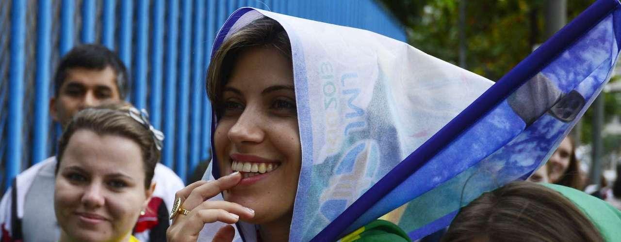 23 de julho - Fila no Sambódromo virou desfile de bandeiras coloridas