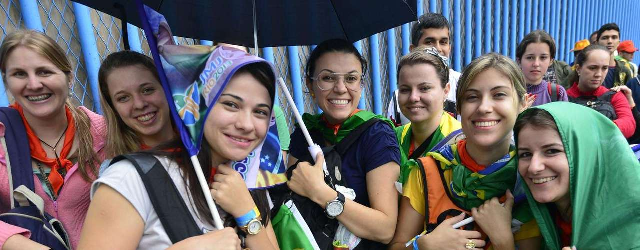23 de julho - Peregrinos enfrentaram chuva fina e frio para retirada de kits
