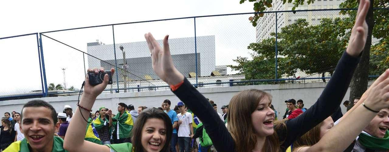 23 de julho - Em meio à confusão, jovens promoveram brincadeiras na fila