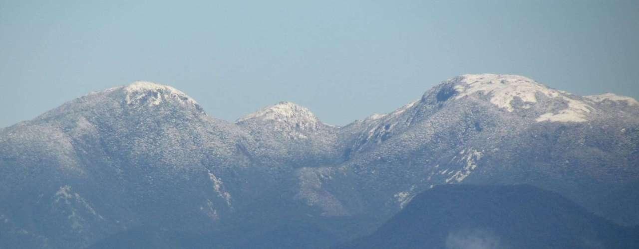 23 de julho - Neve no morro do Cambirela virou atração na manhã desta terça-feira