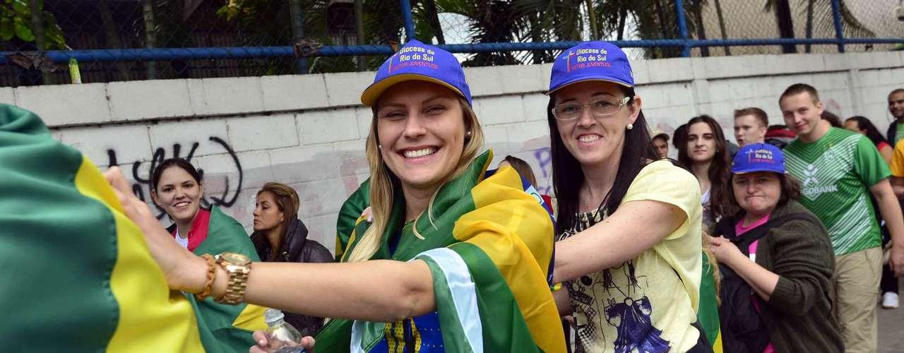 23 de julho - Grupo de Rio do Sul aguarda em longa fila no Sambódromo