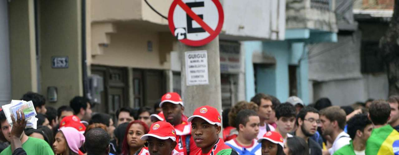 23 de julho - Grupos de estrangeiros reclamaram da falta de informações