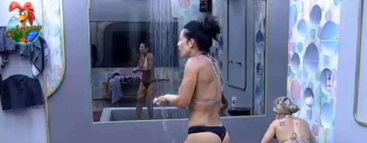 Sentada, Denise Rocha toma banha ao lado de Scheila Carvalho