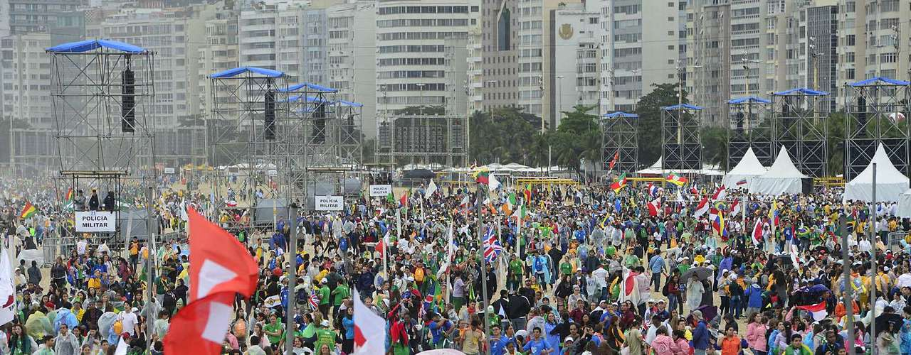23 de julho -Fiéis ocupam a areia da praia de Copacabana para acompanhar início da Jornada Mundial da Juventude