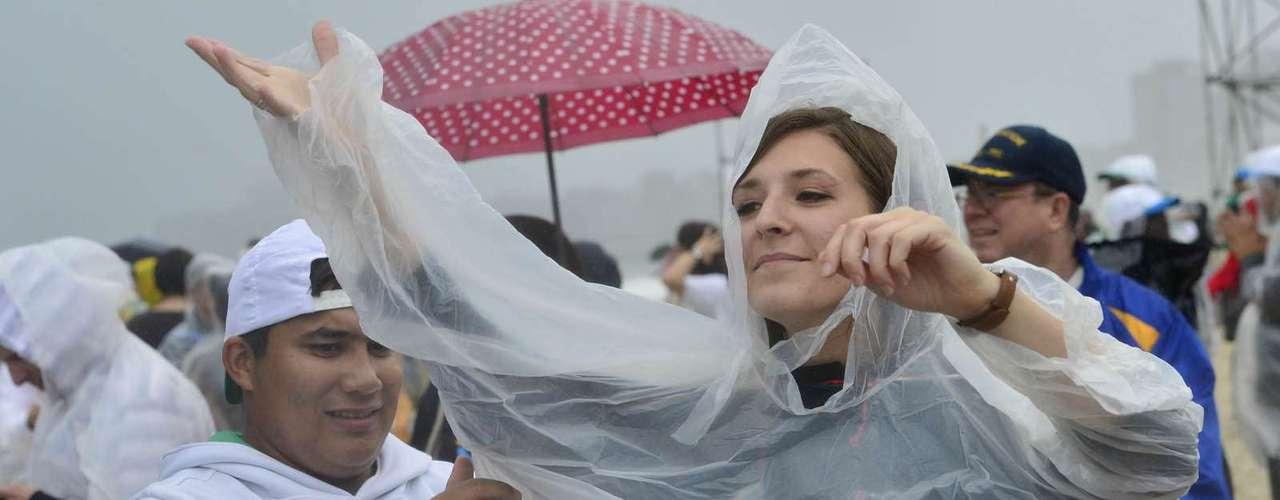 23 de julho -Para escapar da chuva, peregrinos usaram capas
